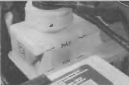 Проверяем уровень тормозной жидкости в бачке