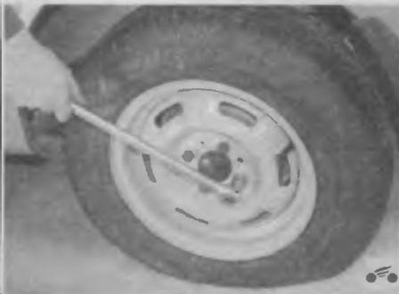 Ослабляем затяжку болтов крепления колеса