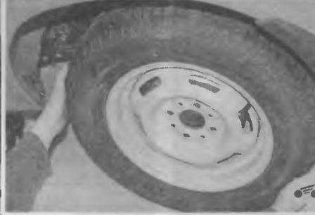 Окончательно снимаем проколотое колесо