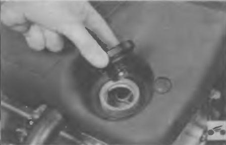 Открываем крышку масляной горловины двигателя