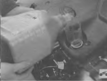 Доливаем масло в систему смазки двигателя