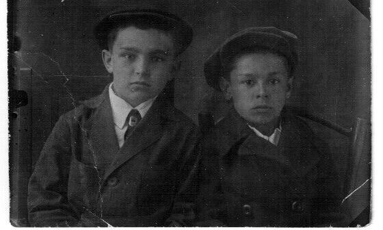 Посылаю Вам ещё одну фотографию. На ней сняты Геннадий Фомин (1927 г.р.) и мой дядя Олег Васильев. Знаю, что они дружили, семья Фоминых даже приезжала к Васильевым в гости в Горький. Из воспоминаний мамы следует, что Фомин-старший был