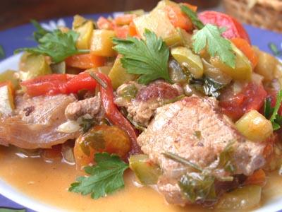 Мясо (или курица) тушеное в помидорах и сладком перце