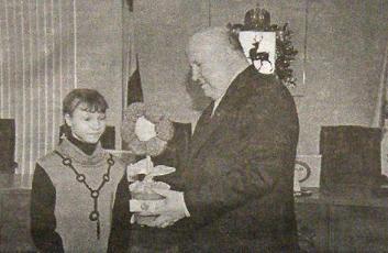 именную стипендию из рук губернатора В.П. Шанцева получает Надя Фролова