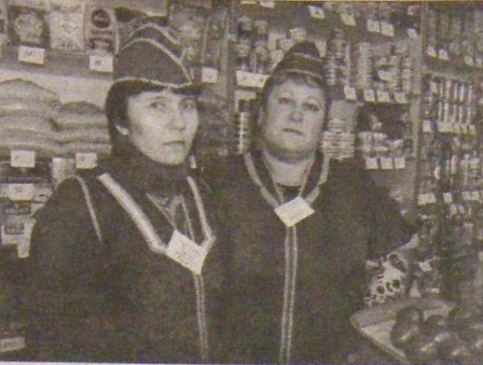 Т.В. Пивсаева и Е.М. Гудкова, продавщицы акузовского сельского магазина
