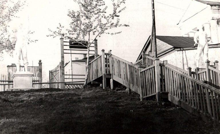 Лестница в городском парке (различимы скульптуры космонавтов)