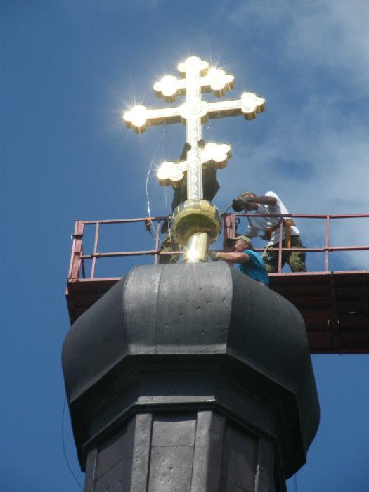 Установка креста на церковь в с. Кузьминка