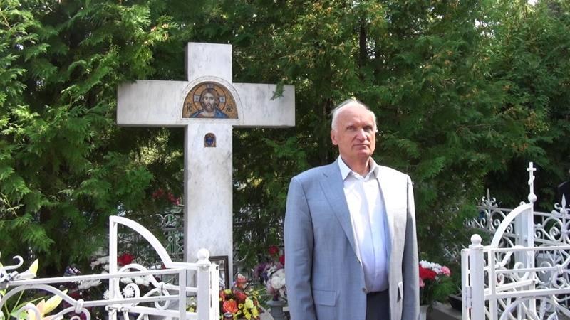 Осипов А.И. на могиле игумена Никона Воробьева